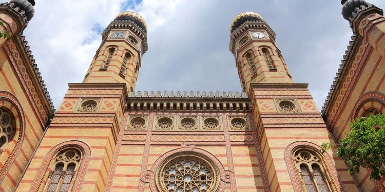 upward view of the Dohany Streety Synagogue