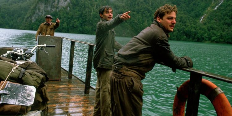 group of men from the motorcycle diaries pointing to something in the distance