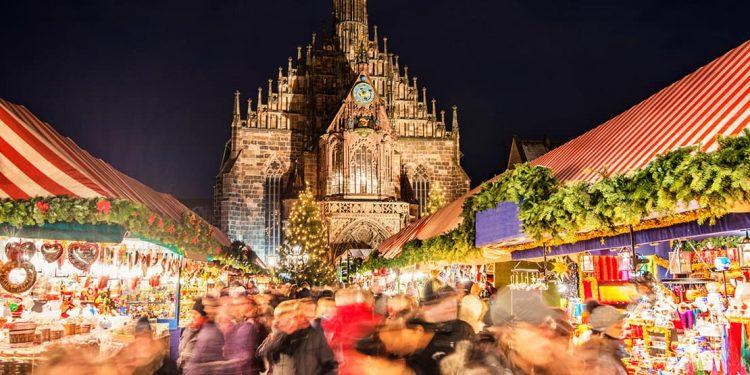 The bustling Nürnberger Christkindlesmarkt lit up at night