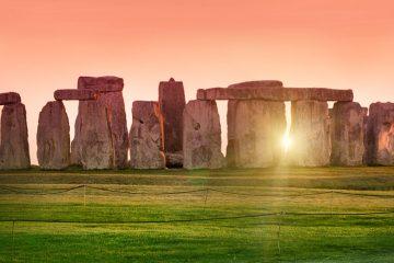 Sunrise over the rocks at Stonehenge